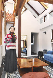 建物を紹介する阿部さん。室内は開放感があり、落ち着いた雰囲気(=6日、新宿)
