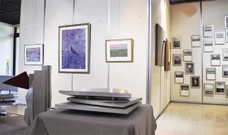 絵画や工芸など約100作品が並ぶ