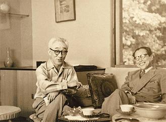 画室で談笑する山口蓬春(左)と吉田五十八《昭和32年(1957)》=同館提供