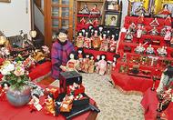 部屋一面ずらりひな人形