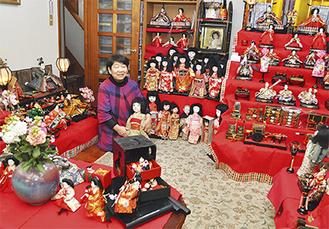 部屋の隅々にひな人形や市松人形を展示(=3日、桜山)
