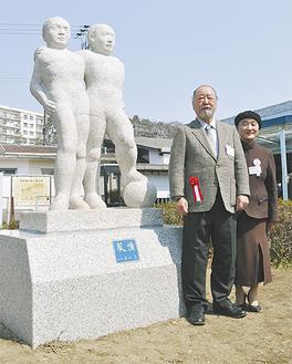 東逗子駅前に移設された少年像と岩田夫妻(=19日、沼間)