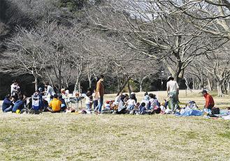 自然に囲まれた園内でピクニックを楽しむ家族ら(=20日、池子)