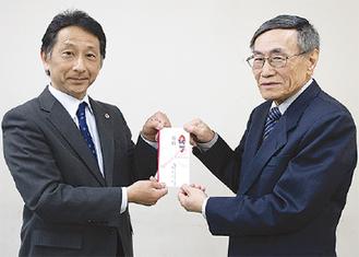 若菜会長(右)に寄付を渡す徳増支部長