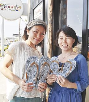 サンダルを紹介する磯野さん(右)と花田さん