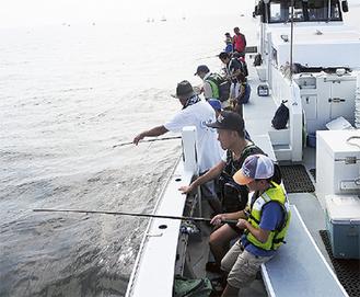 遊漁船に乗って釣りを楽しむ