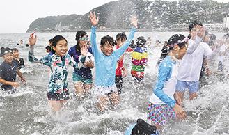 小雨の中、海水浴を楽しむ子どもら(=6月30日、逗子海岸)