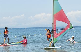 ウインドサーフィンに挑戦する児童(=先月21日、森戸海岸)