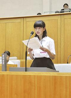 町長らに質問を投げかける中学生議員(=18日、町議会本会議場)