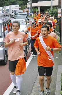 オレンジ色のシャツを着て区間を走る(写真は昨年)