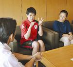 山梨町長に結果を報告する中田さん(写真中央)