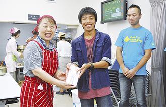 寄付を手渡す久木中3年の渡邊さん(写真中央)