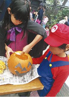 かぼちゃのランタン作りも(写真は昨年)