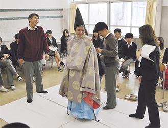 着付け役の「衣紋者(えもんじゃ)」も生徒が務めた(=先月25日、逗葉高校)