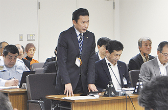 市議の質疑に応える平井市長(=先月30日、市役所)