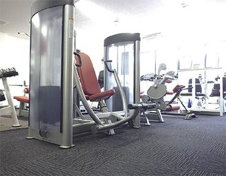 室内には最新のトレーニングマシンを完備