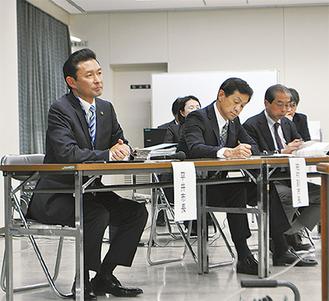 参加者の質問に耳を傾ける平井市長(左)(=11日、市役所)