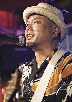 シンガーソングライターの東風平さん