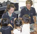 選手たちと交流する園児たち(鎌倉市提供)