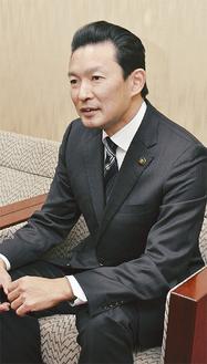 インタビューに応える平井市長