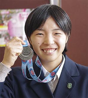銀メダルを手にする田牧さん