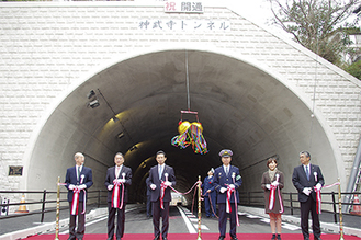 平井市長や吉田一長逗子警察署長らが開通式に参加した
