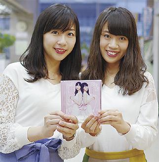 新作を手にする華さん(左)と麗さん