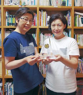 オーナメントを持つ森さん(左)と学芸員の山浦さん