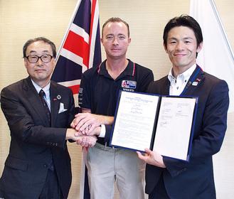 (右から)協定書を持つ山梨町長、マークさん、喜田会長