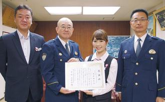 左から嶋田裕二支店長、桑原署長、米原さん、浅沼貴浩副署長
