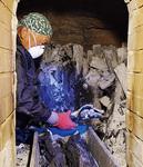 窯から炭を取り出す会員