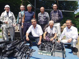 永津会長(前列右から3番目)ら会員と当日の参加者たち