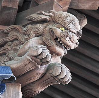 社殿を見上げるとある獅子頭