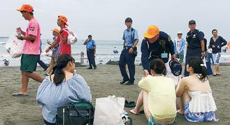 海水浴客に呼びかける参加者たち
