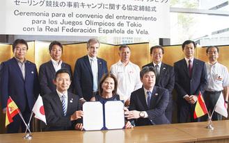 (前列左から)協定書を手にする平井市長、カサヌエヴァ会長、小林社長