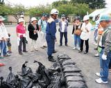 昨年行われた土のう積み上げ訓練の様子(市提供)