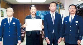 感謝状を手にする河村さん(左から2人目)
