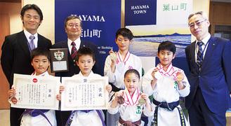 賞状やメダルを手にする選手たち