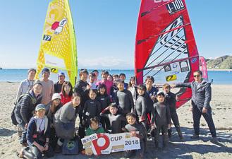 杉くんを囲むウインドサーフィンスクール「マリーンブルー」の生徒とその保護者たち