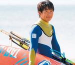 杉 匠真/すぎたくま(16)逗子で生まれ育ち、6歳からウインドサーフィンを開始。14歳の時、国内最年少プロとなる。2018年夏、PWAのU-17で初優勝。11月にはハワイで行われた大会でプロクラスに出場し9位と大健闘。ユースクラスの年間世界王者に輝いた。【URL】http://www.on-s.info/rider/j723takuma/