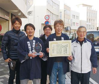 (右から)相談役の山本賢三さん、丸山会長、石渡祥元副会長、山口学副会長、小林鉄也副会長