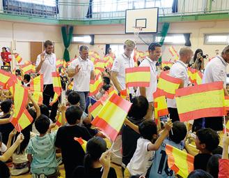 選手たちは昨夏、小坪小学校を訪れた(=逗子市提供)
