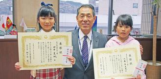 表彰式に出席した(右から)工藤希来里さん、桐ケ谷市長、田中夏帆さん