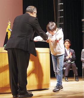 受賞者に表彰状を手渡す歌代会長(左)