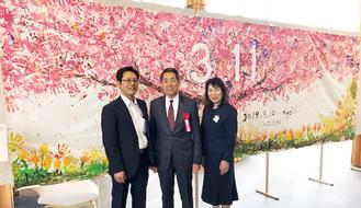 絵の前で記念撮影する淺沼代表(右)と桐ケ谷市長ら