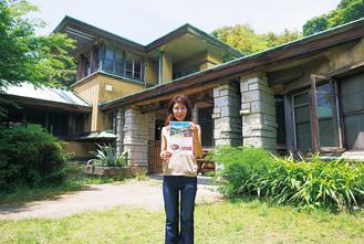 加地邸の前でチラシを手にする武井さん