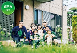 気軽に友人を呼べるのも今の暮らしの魅力という(後列右から)庄司賢吾さんと真帆さん