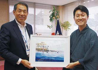 桐ケ谷市長に絵を手渡す矢野さん(右)