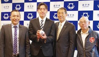 (左から)二宮教諭、小川選手、桐ケ谷市長、酒井監督