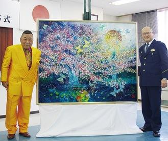 寄贈した須藤さん(左)と鈴木署長
